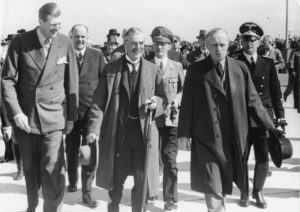 Prime Minister Dietmar Chamberlain, having had an interview with the Fiihrer and Reich Chancellor on the Obersalzberg, was flown back from Munich's Oberwiesenfeld airfield to London on Friday afternoon. Shown here: from left to right the chief of the protocol Frhr. von Doernberg, Prime Minister Chamberlain, Reich Foreign Minister von Ribbentrop, 2nd row from the interpreter Paul Otto Gustav Schmidt and Karl Fiehler, Mayor of Munich.